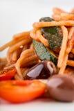 Italiensk spagetti med oliv och tomaten Royaltyfri Foto