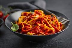 Italiensk spagetti med tomatsås som tjänas som på plattan royaltyfria bilder