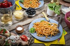 Italiensk spagetti, medelhavs- kokkonst sund platta sås lunch, mål, matställe, bolognese, restaurang som är hemlagad, royaltyfria foton