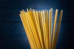 Italiensk spagetti på en blå bakgrund Arkivfoto