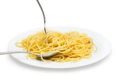 Italiensk spagetti som lagas mat i en vit platta Royaltyfri Bild