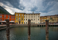 Italiensk stad Riva del Garda Royaltyfri Bild