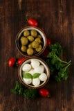 Italiensk stilleben - oliv, mozzarellaost Fotografering för Bildbyråer