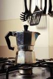 Italiensk tappningkaffekanna på kökugnen Arkivfoto