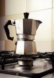 Italiensk tappningkaffekanna på kökugnen Arkivbild