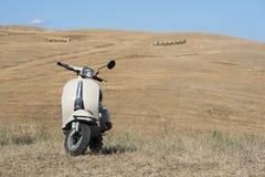 Italiensk tappningmotorcykel i det Tuscan landskapet Royaltyfri Bild