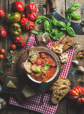 Italiensk tomat- och vitlöksoppa med basilika, bröd, parmesanost Royaltyfri Bild