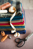 Italiensk torkdukedräkt som anpassar tradition, färgrikt tyg och tai Arkivbild