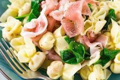 Italiensk traditionell crudo för prosciutto för tortellinipastaPerline al Arkivbild