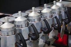 italiensk traditionell kaffebryggare för mokakruka på att torka kuggen royaltyfria foton