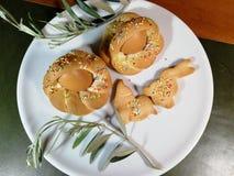 Italiensk traditionell mat kallade scarcella p? suddighetsbakgrund royaltyfri bild