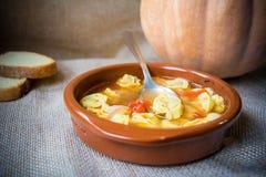 Italiensk traditionell mat kallade tortellinien i brodo med bröd Arkivbild