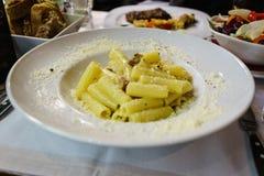 Italiensk traditionell pasta med grisköttkinden, Bolognese sås, Parm royaltyfria foton