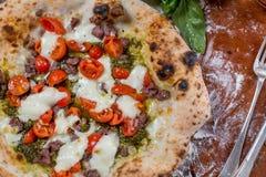 Italiensk traditionell pizza med mozzarellaen, korven, tomaten och p Arkivbilder