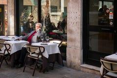 Italiensk turist på en utomhus- restaurang i Venedig, Italien Royaltyfri Fotografi