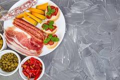 Italiensk uppsättning för antipastivinmellanmål italienska matlagningmatingredienser royaltyfria foton