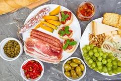 Italiensk uppsättning för antipastivinmellanmål italienska matlagningmatingredienser fotografering för bildbyråer