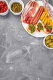 Italiensk uppsättning för antipastivinmellanmål italienska matlagningmatingredienser royaltyfri foto