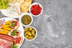 Italiensk uppsättning för antipastivinmellanmål italienska matlagningmatingredienser arkivfoto