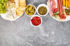 Italiensk uppsättning för antipastivinmellanmål italienska matlagningmatingredienser royaltyfri bild