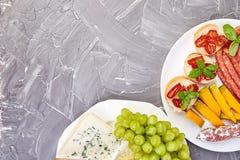 Italiensk upps?ttning f?r antipastivinmellanm?l Antipasto med knyckigt, salami arkivbild