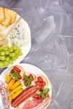 Italiensk upps?ttning f?r antipastivinmellanm?l Antipasto med knyckigt, salami arkivfoton