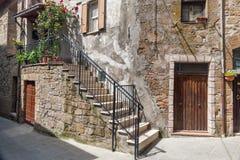 Italiensk uteplats i den gamla byn Pitigliano Royaltyfria Bilder