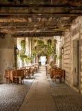 Italiensk utomhus- restaurang i den verona staden, Italien Arkivbilder