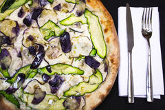 Italiensk vegetarisk pizza med zucchinin och aubergine Royaltyfri Fotografi
