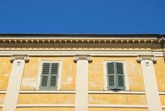 Italiensk villa med detaljerade grekiska kolonner för en stil Royaltyfri Bild