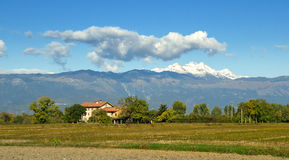 Italiensk villa på foten av fjällängarna Royaltyfri Fotografi