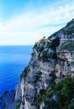 Italiensk villa på klipporna över den Amalfi kusten Arkivbilder