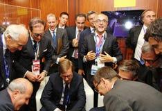 Italienska affärsmän, medlemmar av affärsdelegationseminariet av det hållande ögonen på massmediainnehållet för konferens glädjen Royaltyfri Fotografi