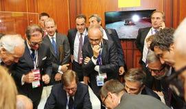 Italienska affärsmän, medlemmar av affärsdelegationseminariet av det hållande ögonen på massmediainnehållet för konferens glädjen Royaltyfria Bilder