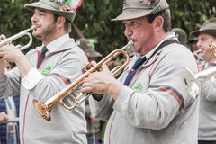 Italienska alpina militära trumpetare under ståta går Royaltyfri Fotografi