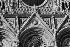 Italienska arkitektoniska detaljer av domkyrkan i Siena royaltyfria bilder