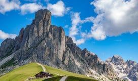 Italienska berg, passo Giau i fjällängn2en Arkivfoton