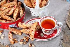 Italienska biscottikakor och te Royaltyfria Bilder