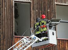 Italienska brandmän, medan stiga med den mobila plattformen till fr Arkivfoton