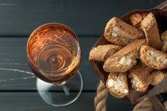 Italienska cantuccikex och ett exponeringsglas av vin Royaltyfri Bild