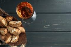 Italienska cantuccikex och ett exponeringsglas av vin Royaltyfria Bilder