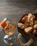 Italienska cantuccikex och ett exponeringsglas av vin Royaltyfri Foto
