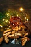 Italienska cantuccikex och ett exponeringsglas av vin Arkivbild