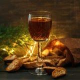 Italienska cantuccikex och ett exponeringsglas av vin Fotografering för Bildbyråer