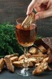 Italienska cantuccinikex och ett exponeringsglas av vin Royaltyfri Fotografi