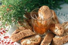 Italienska cantuccinikex och ett exponeringsglas av vin Royaltyfria Bilder