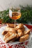 Italienska cantuccinikex och ett exponeringsglas av vin Royaltyfri Bild