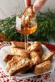 Italienska cantuccinikex och ett exponeringsglas av vin Arkivbild