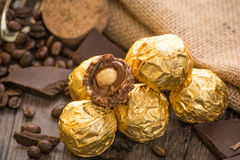 Italienska chokladsötsaker med garnering Arkivbilder