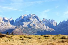 Italienska Dolomites nära Madonna di Campiglio Arkivbild